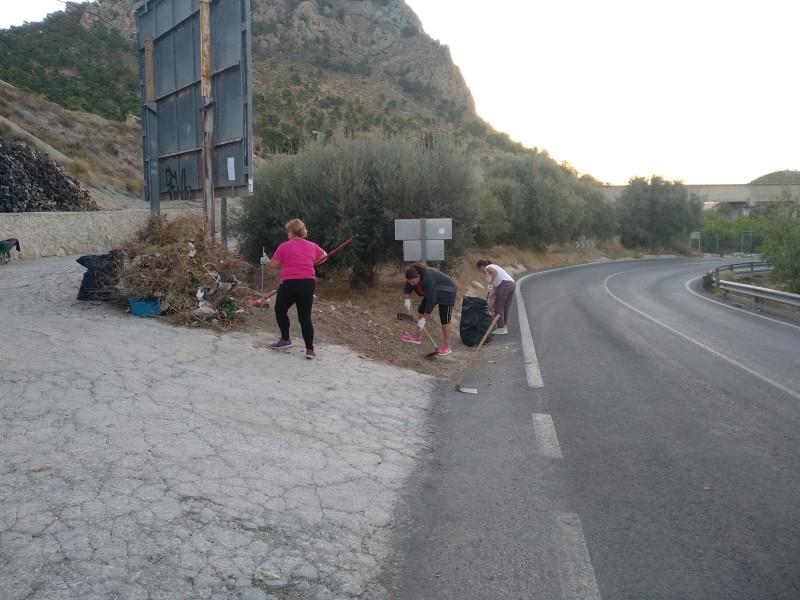 Contratados 11 desempleados agrícolas para arreglar diversos caminos rurales del municipio.